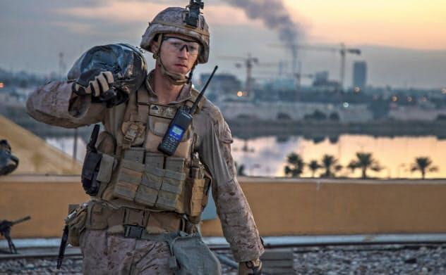 4日、バグダッドの米大使館施設で補強作業をする米兵=AP