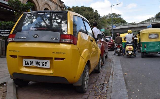 路上に停車していた印マヒンドラ・アンド・マヒンドラの小型EV(南部ベンガルール)