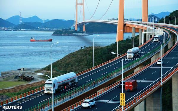 広大な中国ではパイプラインのない地域が多く、液化天然ガス(LNG)のトラック輸送が増えている=ロイター