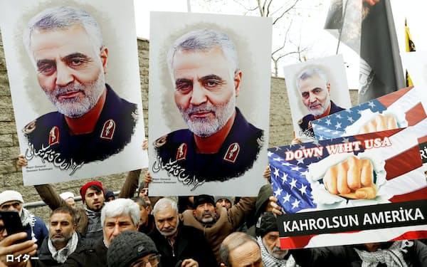 米軍に殺害されたソレイマニ司令官の死を悼み、熱心な支持者らが5日、イスタンブールの米大使館前をデモ行進した=ロイター