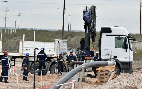 パイプラインを敷設する作業員(アルゼンチン中部ネウケン)