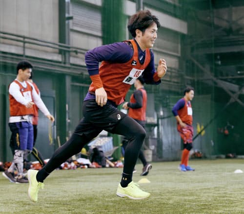 広島の新人合同トレーニングでダッシュする森下(8日、広島県廿日市市)=共同