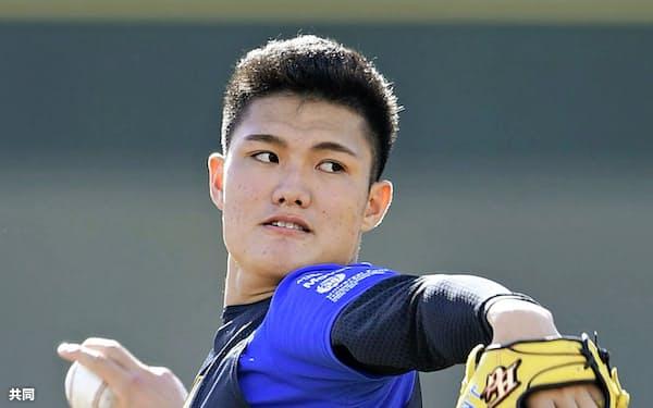 阪神の新人合同自主トレーニングでキャッチボールする西純(8日、鳴尾浜球場)=共同