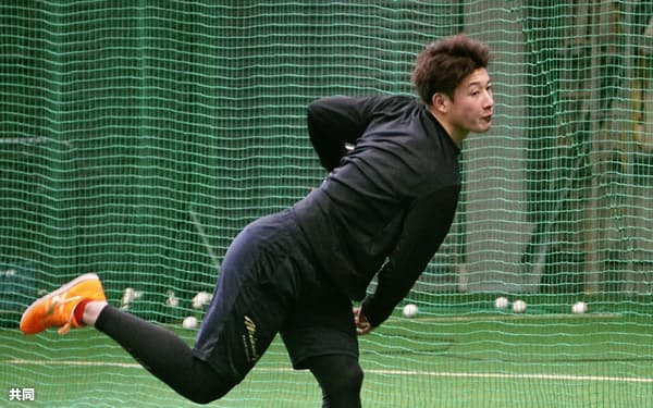 練習を公開し、キャッチボールする日本ハムの吉田輝(8日、千葉県鎌ケ谷市)=共同
