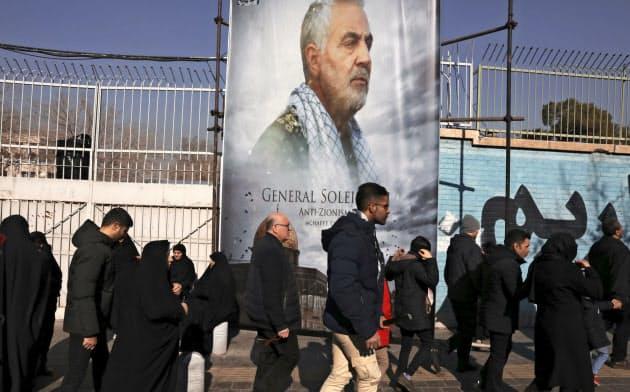 テヘランの米大使館跡地で、米軍に殺害されたソレイマニ司令官を悼む市民ら(6日)=AP