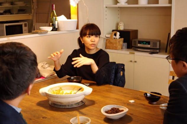 「HAI studio」でランチミーティング中の浅野桃子さん