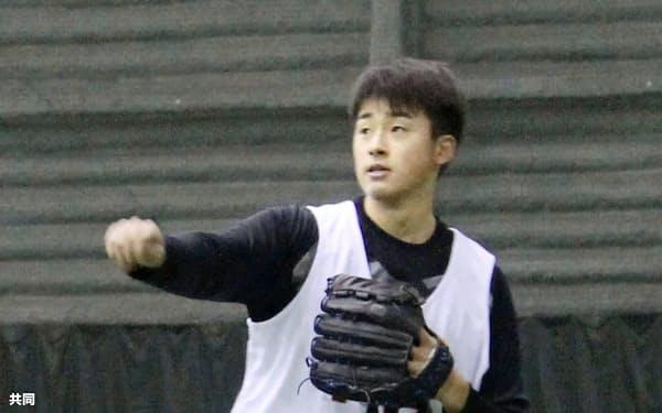 練習する巨人のドラフト1位ルーキー堀田(8日、川崎市)=共同