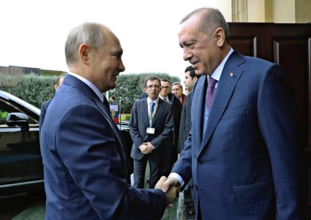 会談に臨むロシアのプーチン大統領(左)とトルコのエルドアン大統領(8日、イスタンブール)=AP