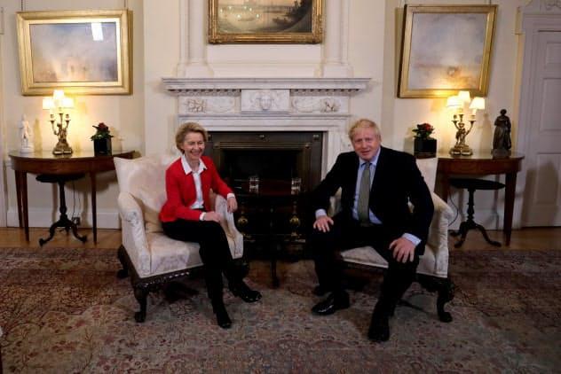 フォンデアライエン欧州委員長(左)と会談するジョンソン首相(8日、ロンドン)=ロイター