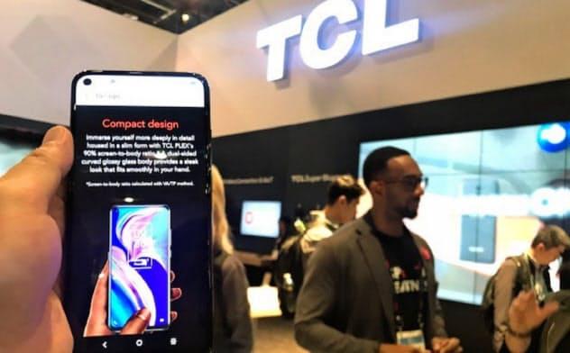 TCLはテレビに続き、スマホでも米国市場の開拓を目指す(CES会場の同社ブース)