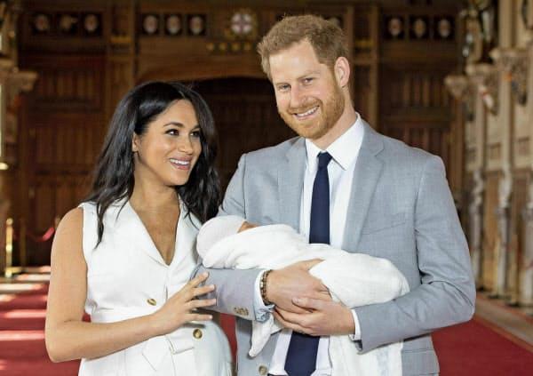 アーチーちゃんを抱くヘンリー王子(右)とメーガン妃(2019年5月)=AP