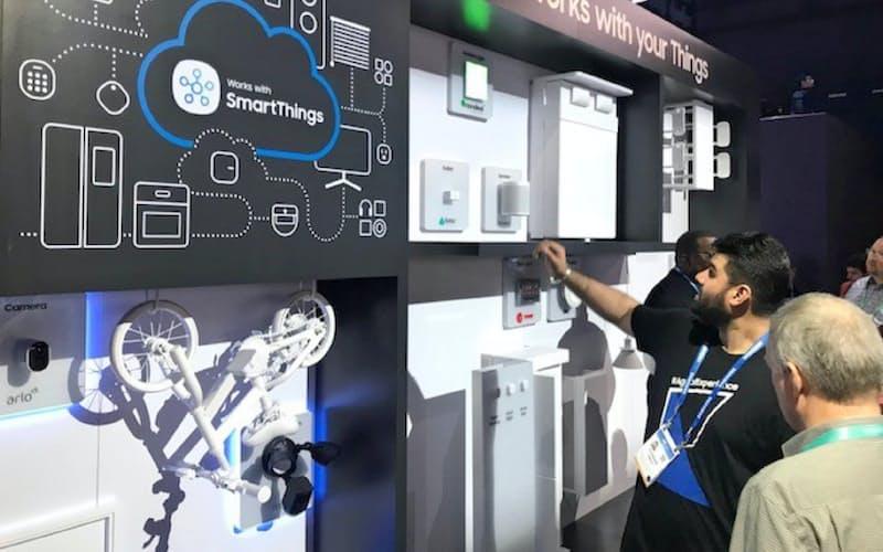 米ラスベガスで開催中のデジタル技術見本市「CES」では、つながる家電の出展も目立った(8日、サムスン電子のブース)