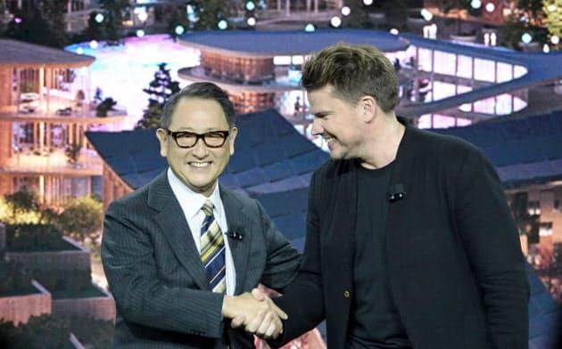 CESでスマートシティー構想を発表したトヨタ自動車の豊田章男社長(左)と街の設計を担当するデンマークのビャルケ・インゲルス・グループのビャルケ・インゲルス氏(右)