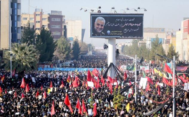 米国によるイランのソレイマニ司令官殺害に怒るイランの市民ら=ロイター