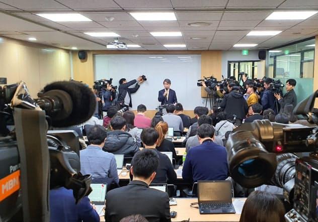 順法監視委員会の記者会見場となった弁護士事務所には200人を超える報道陣が詰めかけた(9日午前、ソウル市)