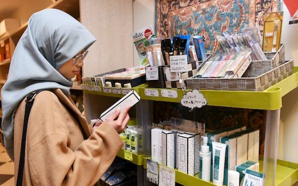 ハラル製品を選ぶイスラム教徒の女性(東京都渋谷区の東京ジャーミイ)=小林 裕幸撮影