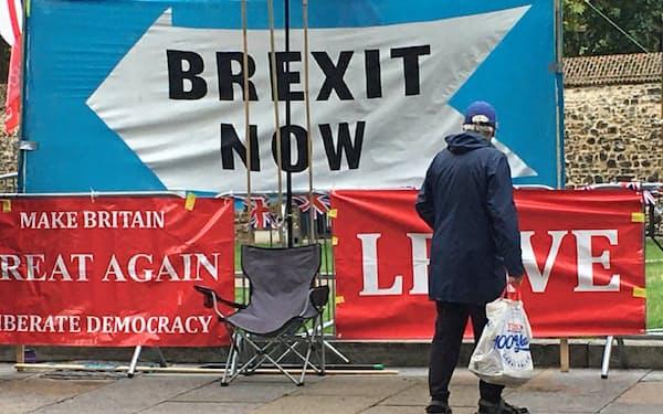 英社会には戦後一貫して欧州懐疑論がくすぶっていた(写真は英議会前に掲げられたEU離脱を訴えるスローガン)