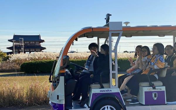 香港のスタートアップ、パーセプティン日本法人が平城宮跡(奈良市)で実証実験を開始した自動運転バス。18日の運行から、富士通の配車システムと連携する