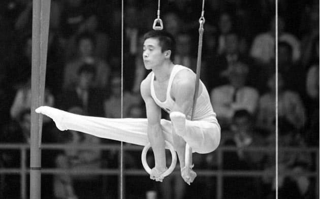 五輪で日本選手最多の通算8個の金メダルを獲得した加藤沢男。1968年メキシコ大会でのつり輪の演技=共同