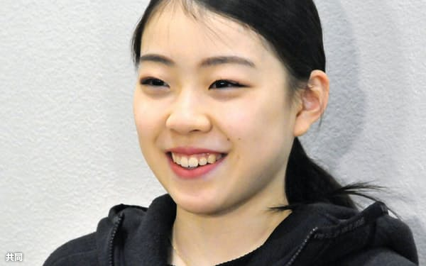 大阪空港で取材に応じる紀平梨花(9日)=共同