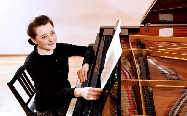 イリーナ・メジューエワ 1975年ロシア(旧ソ連)生まれ。グネーシン音楽大学(現ロシア音楽アカデミー)でウラジーミル・トロップに師事。92年オランダのエドゥアルド・フリプセ国際コンクールで優勝。97年日本人との結婚を機に来日。歴史ある京都に憧れを抱き、2011年に拠点を移した。44歳。