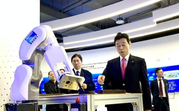 重慶市のハイテク技術を視察する西村康稔経済財政・再生相(9日)