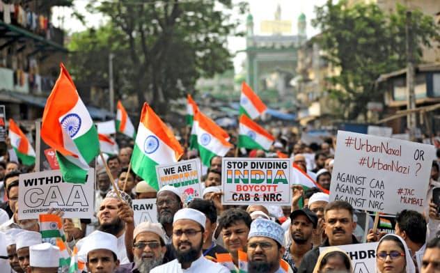 改正国籍法に反対するデモはインド各地で盛り上がっている(2019年12月28日、ムンバイで)=ロイター