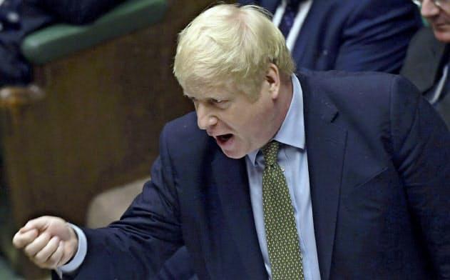 英議会下院で討論に臨むジョンソン首相(8日、ロンドン)=英議会提供・AP