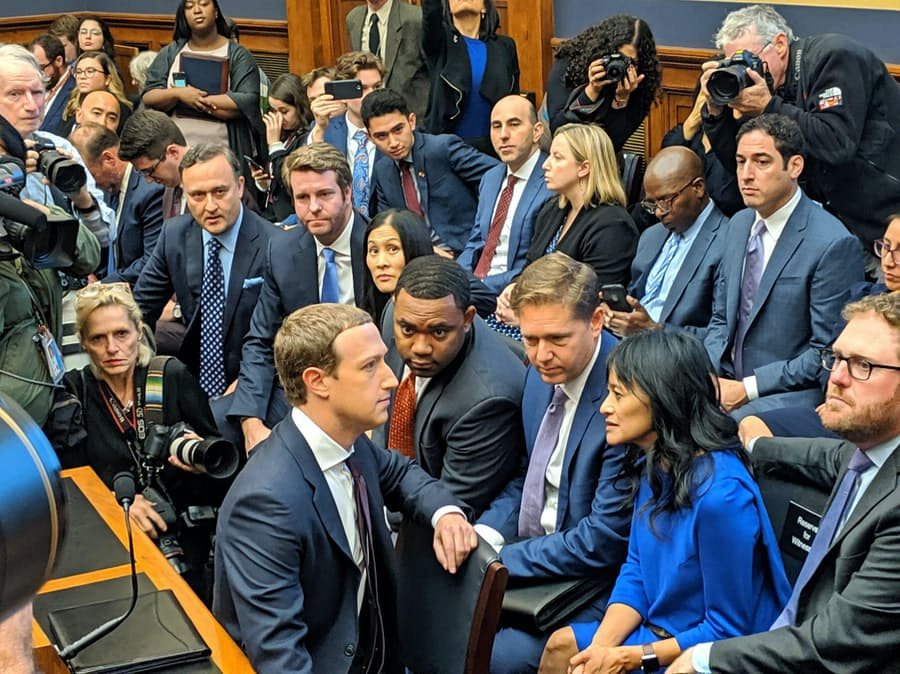 Facebook、政治広告「続行」を表明 絞り込みも制限せず: 日本経済新聞