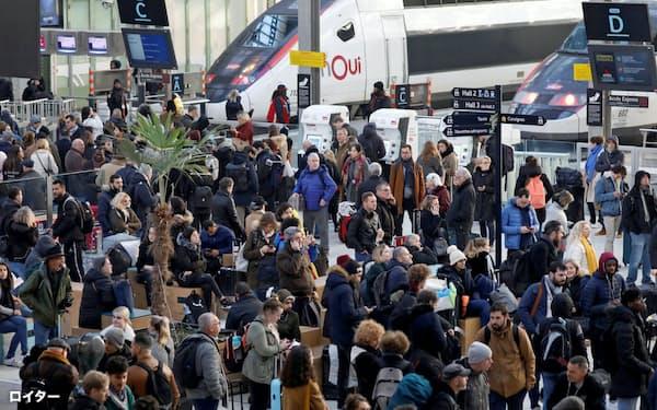年金改革に反発するストでパリなどでは交通機関の混乱が続いている(パリのリヨン駅)=ロイター
