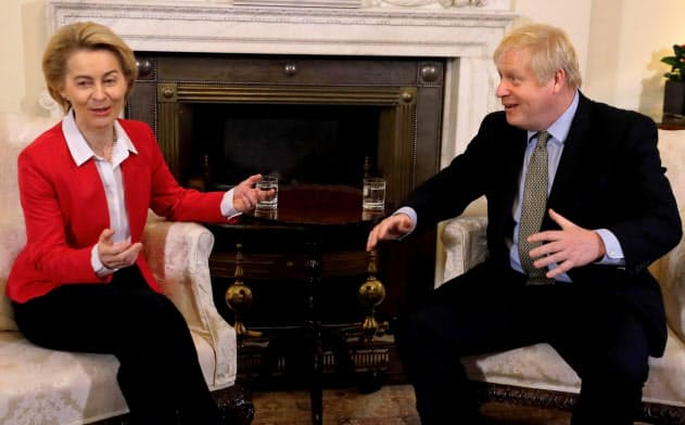 8日、ロンドンで会談する英国のジョンソン首相(右)とEUのフォンデアライエン欧州委員長=ロイター