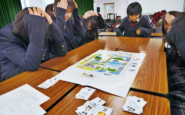 自作のボードゲームを試す県立明石南高校の生徒(2019年12月、兵庫県明石市)