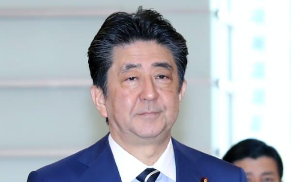 首相官邸に入る安倍首相(10日午前)