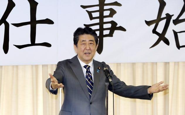 自民党の仕事始めであいさつする安倍首相(7日、自民党本部)