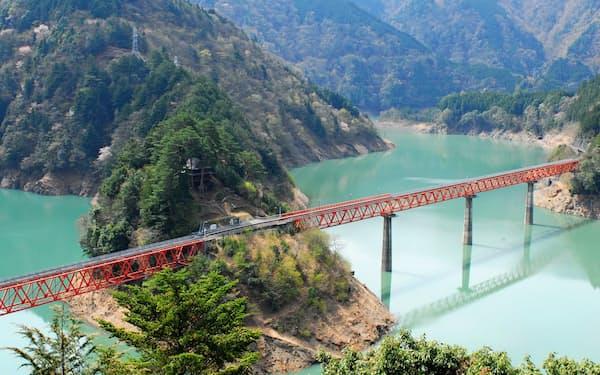 奥大井湖上駅の幻想的な景色は交流サイト(SNS)を通じて訪日客にも人気に