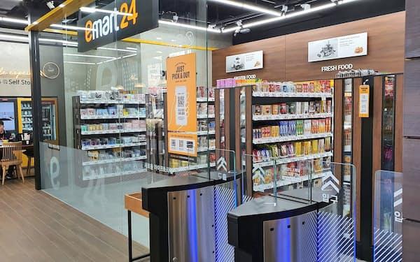 新世界グループの「emart24」の無人店舗にレジはなく、商品を持ち出せば決済が完了する(京畿道金浦市)