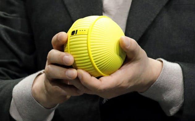 サムスン電子が発表したテニスボール型の家庭用ロボット「Ballie(ボーリー)」=AP