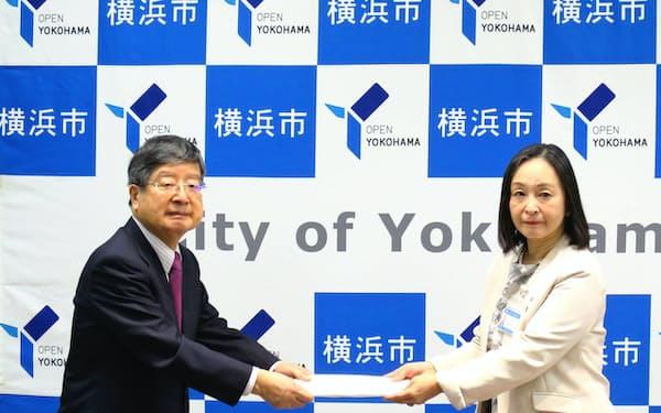 分科会の山崎泰彦会長(左)が答申書を手渡した(10日、横浜市)