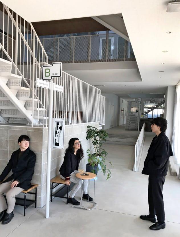 神奈川大の「栗田谷アカデメイア」では、3棟をつなぐ1階部分の「リビングストリート」で寮生たちが語り合う