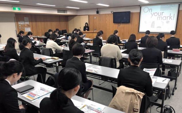 長野県が女子学生を対象に開いた説明会(6日、長野市)