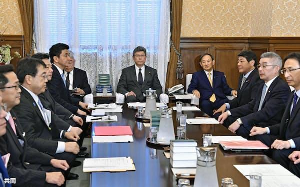 衆院の議院運営委員会理事会に出席した菅官房長官(右から4人目)ら。中央は高木毅委員長=10日午後、国会