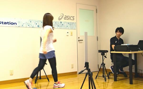 新サービス「ヘルスケアチェック」は歩行姿勢などを測定し、健康づくりを提案する