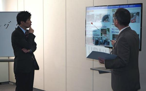 2020年度予算案について説明を受ける山本一太知事(左)(10日、前橋市)