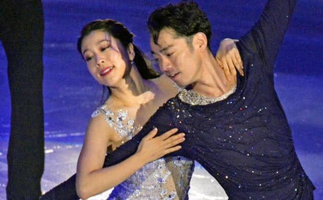 フィギュアスケートのアイスダンスのペアで新コンビを結成し、演技する村元哉中(左)と高橋大輔(10日、コーセー新横浜スケートセンター)=共同