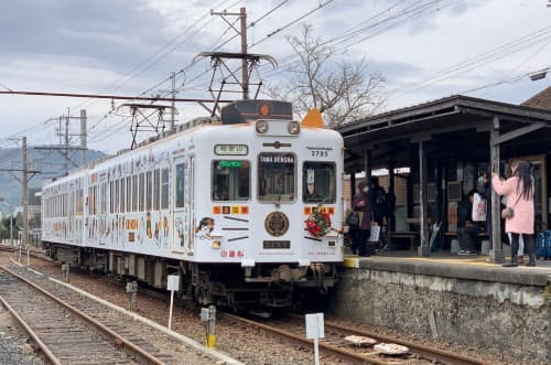 和歌山電鉄の「たま電車」(和歌山県紀の川市の貴志駅)