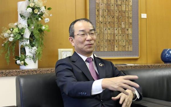インタビューに応じる北海道銀行の笹原晶博頭取(19年12月、札幌市)