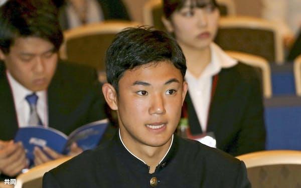 プロ野球の新人研修会で講義を聴くヤクルト・奥川(10日午後、東京都内のホテル)=共同