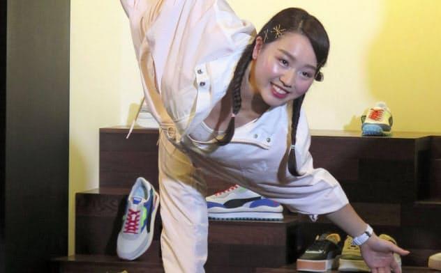 イベントでフィギュアスケートのポーズを決める樋口新葉(10日、東京都港区)=共同