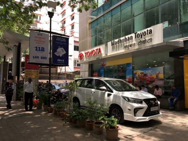 主要メーカーの昨年の新車販売は軒並み前年実績を下回った(ムンバイのトヨタ自動車販売店)