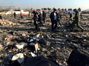 ウクライナ航空機の墜落現場からロシア製ミサイルの破片が見つかったとの情報がある(8日、テヘラン近郊)=ロイター